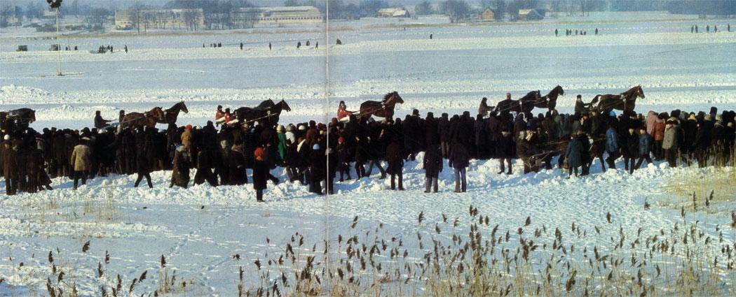 Традиционные рысистые испытания на льду озера Сартай в Литовской ССР неизменно привлекают большое количество участников и зрителей со всех районов республики
